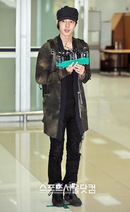 """Kim Hyun Joong en el aeropuerto de Gimpo """"Recuperado de H1N1"""" 20090916_024824744046_3"""