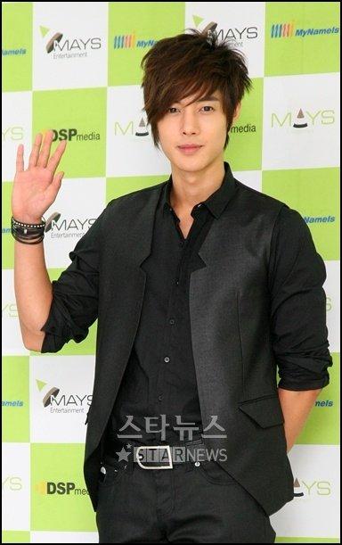 """Noticias. """"El Chico Flor"""", Kim Hyun Joong de SS501, coronado tres veces por los Asia Buzz Awards 20091204094430144b60945"""